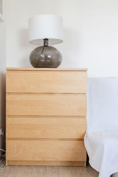 Wyprzedaż mebli z salonu - komoda z IKEI z szufladami