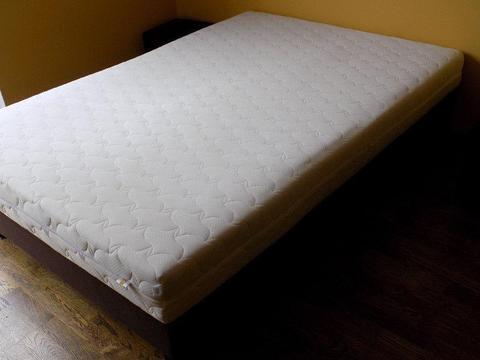 Lozko bardzo wygodne , uzywane z materacem 140cm x 200 , stan dobry- sprzedam cena 190 PLN