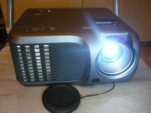 Cyfrowy projektor multimedialny ACER w pełni sprawny działający z kablami, bardzo fajny, tanio W-wa