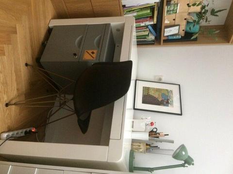 Białe biurko, lakierowane